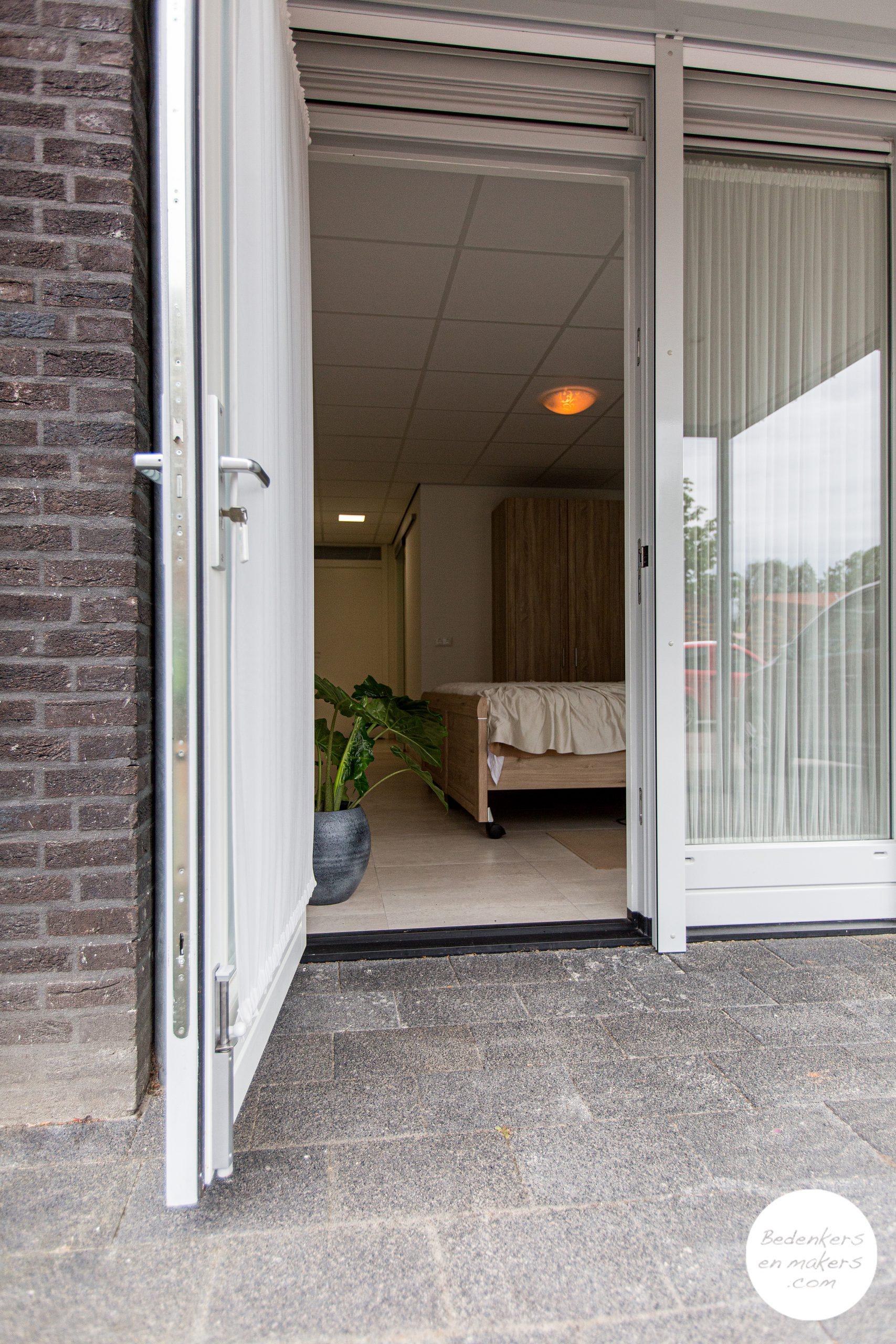 De garage werd levensloopbestendig verbouwd tot een slaapkamer en badkamer op de begane grond S20C213301
