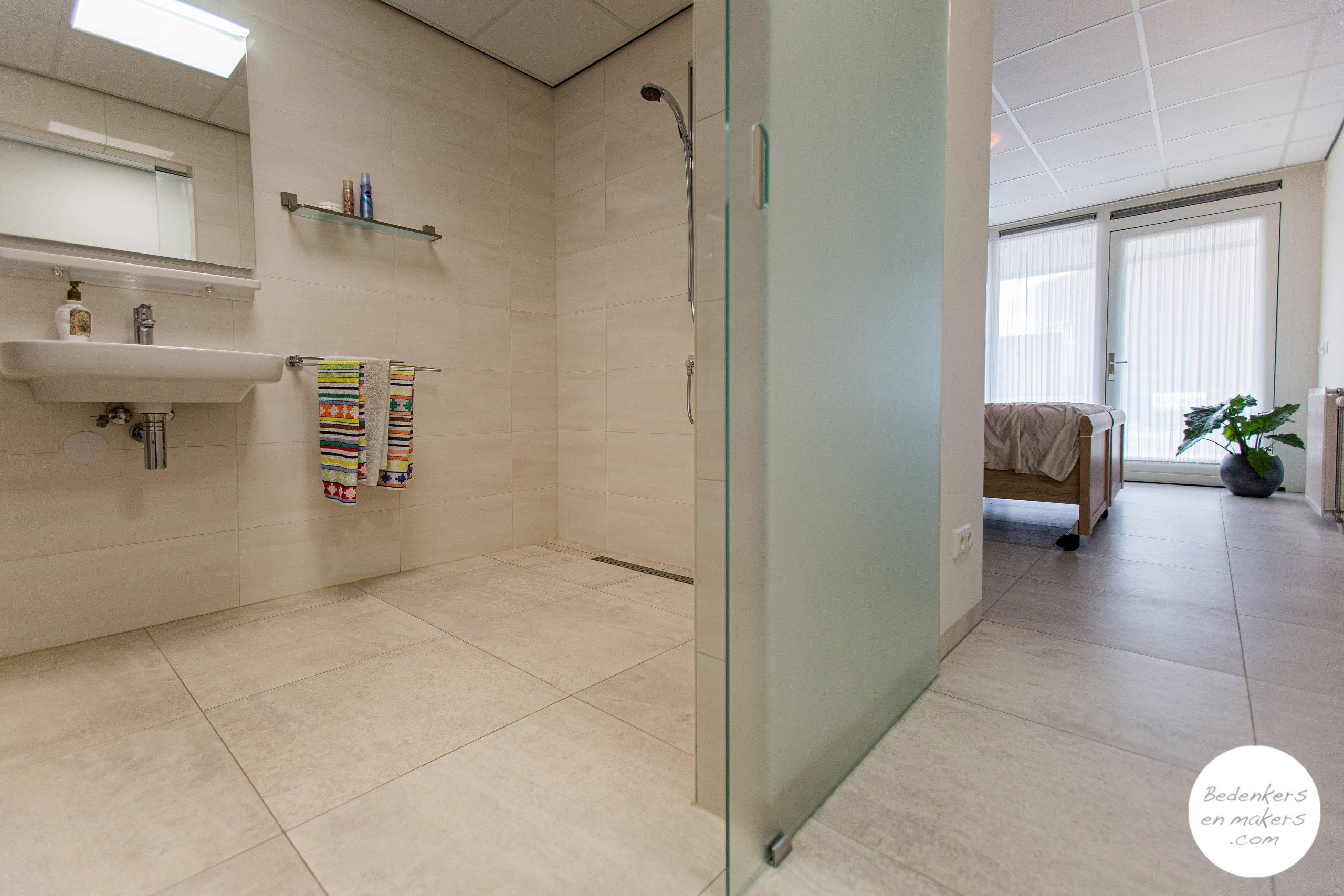 De levensloopbestendig verbouwde badkamer grenst aan de slaapkamer op de begane grond en is met een schuifdeur afgescheiden S20C215101